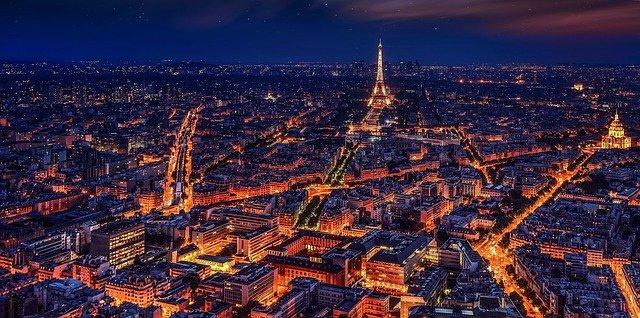 paříž v noci s výhledem na eiffelovu věž