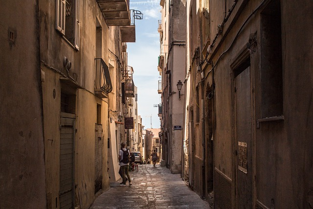 korsická ulice s turisty
